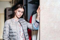 Покупки, мода, стиль, продажа, покупки, дело и люди молодая женщина концепции красивая счастливая в магазине одежды Бизнес стоковые изображения