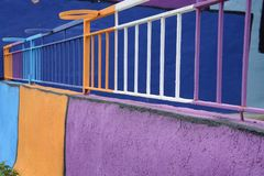 Покрашенные рельсы балкона стоковые фотографии rf