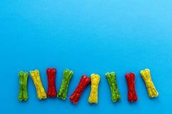 Покрашенный жевать косточки на голубой предпосылке стоковые фото