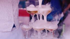 Полейте испаряясь напиток в стеклах на партии детей сток-видео
