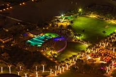 Поле футбольного поля освещает вечером бассейны и палубы солнца стоковое фото rf