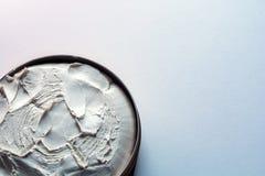 Полный опарник сливк на белой предпосылке с космосом экземпляра стоковые изображения