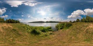 Полностью безшовная сферически панорама 360 взглядом угла 180 на береге neman реки ширины в солнечном летнем дне в equirectangula стоковая фотография