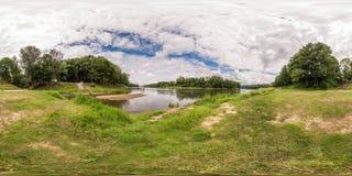 Полностью безшовная сферически панорама 360 180 градусами взгляда угла на береге реки ширины в летнем дне в equirectangular стоковые изображения