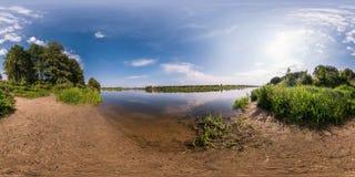 Полностью безшовная сферически панорама 360 180 градусами взгляда угла на береге neman реки ширины в солнечном летнем дне внутри стоковые изображения