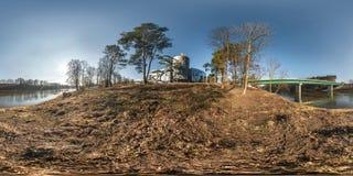 Полностью безшовная сферически панорама 360 градусов взгляда угла на береге neman реки ширины около моста в солнечном утре внутри стоковая фотография rf