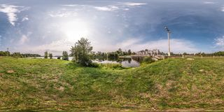 Полностью безшовная сферически панорама 360 градусов взгляда угла около запруды ГЭС в equirectangular равнопромежуточном стоковое фото