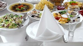 Полностью украшенная таблица с уточненными блюдами Подготавливайте для начала торжеств Таблица сервера акции видеоматериалы