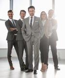 Полностью рост, счастливая группа в составе бизнесмены стоковые изображения rf
