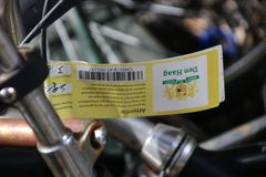 Получившиеся отказ и старыеся велосипеды на улице которые отмечены с ярлыком, который будет извлекать муниципалитет вертепа Haag  стоковые фото