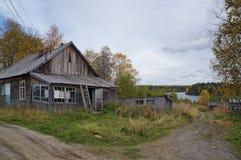 Получившиеся отказ деревянные дома в деревне стоковое изображение rf