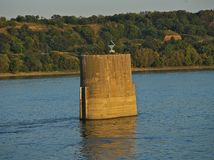 Получившийся отказ штендер моста в реке с другой стороной в предпосылке стоковое изображение