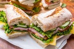 2 половины под сэндвича ветчины и багета мустарда стоковые изображения