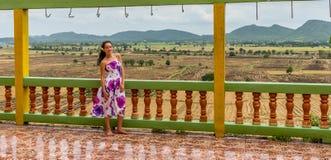 Положение маленькой девочки на рисовых полях виска обозревая стоковое изображение rf