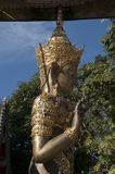Попечитель виска на входе к Wat Ming Muang стоковые изображения rf