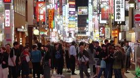Популярная ночная жизнь в токио - занятая зона Shinjuku - ТОКИО, ЯПОНИЯ - 17-ое июня 2018 видеоматериал
