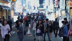 Популярная ночная жизнь в токио - занятая зона Shinjuku - ТОКИО, ЯПОНИЯ - 17-ое июня 2018 акции видеоматериалы