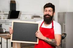 Попробуйте эту еду Сварите рекламировать ваш продукт Меню ресторана или кафа рекламодателя мужчина возмужалый Бородатый повар чел стоковые фотографии rf