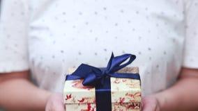 подарок Удерживание женщины показывая подарок или подарок рождества в ее руках Женские руки сток-видео