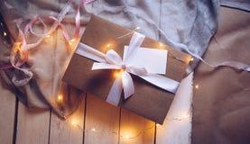Подарочная коробка Kraft, присутствующая, белая лента стоковые фотографии rf