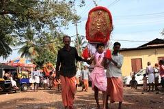 Подвижники держат украшенный свод и танец в остервенении во время фестиваля Thaipuyam стоковые изображения rf