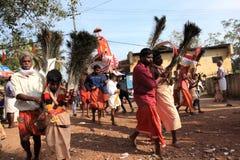 Подвижники держат украшенный свод и танец в остервенении во время фестиваля Thaipuyam стоковое изображение