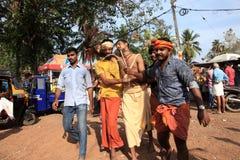 Подвижники держат украшенный свод и танец в остервенении во время фестиваля Thaipuyam стоковые изображения