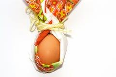 Подготовка на праздники весны Взгляд сверху, космос экземпляра Конец вверх по пасхальному яйцу в форме кролика салфетки бумаги из стоковая фотография rf