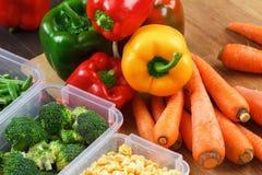 Подносы с сырцовыми овощами для замерзать стоковая фотография
