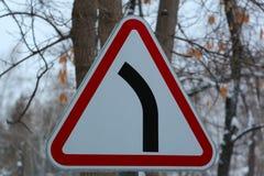 Подпишите внутри лес зимы, дайте путь, правила движения, стоковое фото rf