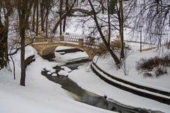 Под снежком Не-замерзая кривые реки Slavyanka стоковые изображения