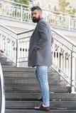 Подъем более высокий Стильный случайный весенний сезон обмундирования Мужская одежда и мужская концепция моды Хипстер человека бо стоковое изображение