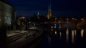 Подростки на nighttime во взгляде Wroclaw собора видеоматериал