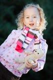 Подросткового возраста девушка представляя с временем осени медведя игрушечного - куртка точек пурпурная стоковое изображение