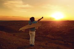Подросток с самолетом игрушки на природе на заходе солнца стоковое фото rf
