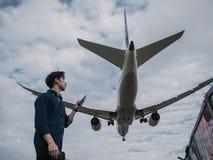 Посадка самолета в аэропорте Songshan стоковые изображения
