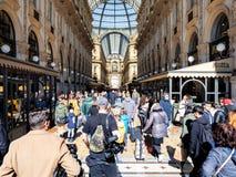 Посетители вписывают к Galleria Vittorio Emanuele II стоковые фотографии rf