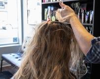 Посещение к парикмахеру стоковое фото