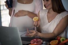 Посмотрите, я нашл вы идеальная диета во время беременности стоковое изображение rf