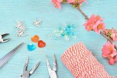 Поставки для делать браслеты в марте и ветвь из цветя айвы стоковое изображение