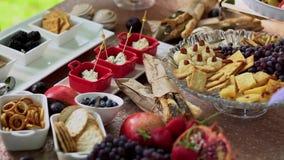 Поставлять еду, таблица свадьбы с плодом и сладкие закуски сток-видео