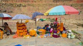 Поставщики продают гирлянду, девушку цветка, после землетрясения, Катманду, Непал стоковое фото rf