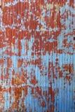 Постаретый гофрируйте дверь покрашенную металлом стоковые фото