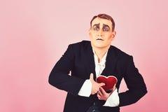 Поступок как находиться глубоко в любов E Актер пантомимы имеет партию торжества валентинок comedian стоковое фото rf