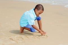 потеха мальчика пляжа имея немногую стоковая фотография
