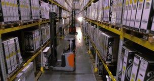 Поток операций в складе фабрики, работники сделает работу в современном складе Летание между строками в запасе акции видеоматериалы