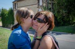 Поцелуй от матери к ее daughterKiss от матери к ее дочери стоковая фотография rf