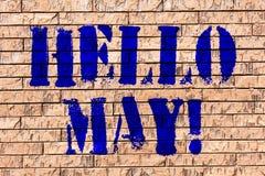 Почерк отправляет SMS здравствуйте маю Смысл концепции начиная новый месяц апрель над искусством кирпичной стены весны как граффи стоковое фото rf
