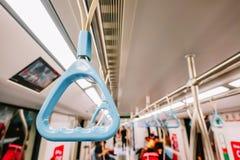 Поручни в вагоне метро метро, ремни ручки или руки в MRT для безопасности пассажира, фокуса на поручне стоковое фото rf