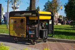 Портативный генератор бензина для аварийного или вспомогательного электричества во время различных событий стоковая фотография rf